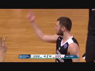 Баззер Ивана Стребкова в концовке первой половины матча с