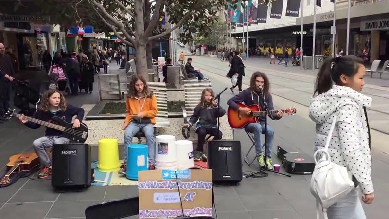 Дети уличные музыканты ► Отлично Играют RHCP Californication Street performance