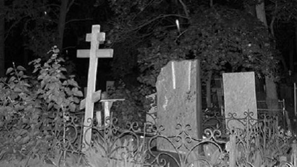 Егерь Осенью на Северном Кладбище тишина величественная.Тонкие ветви деревьев с редкой листвой во всей красе открывают низкое чернильное небо. Земля влажная и рыхлая. Могильные памятники, старые