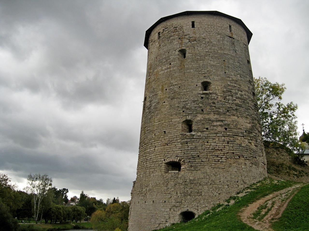 Псковская крепость. Прогулка вдоль ее стен и башен. Самая большая крепость России за всю ее историю