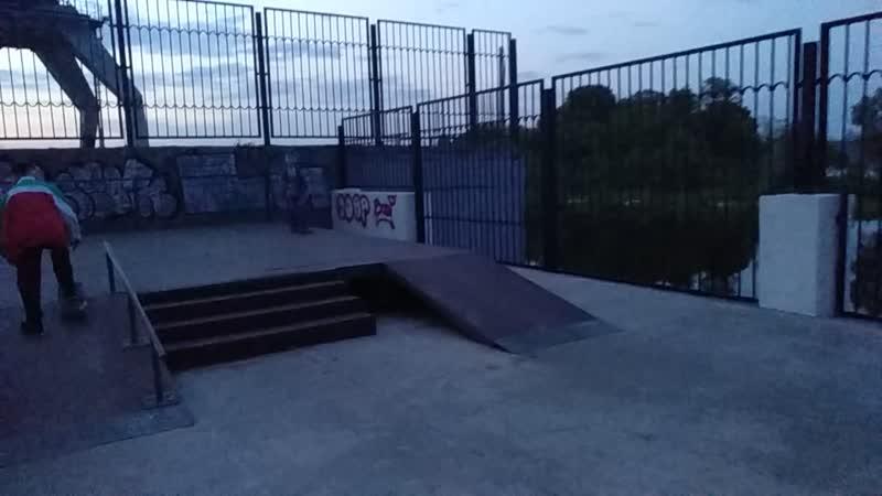 Миша в скейтпарке