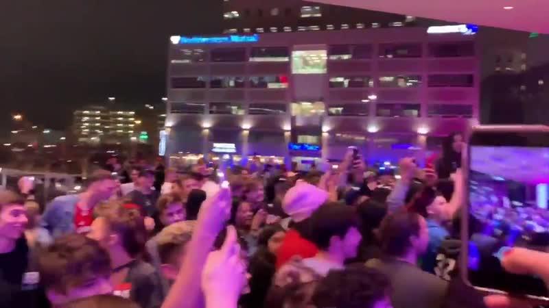 Полиция разгоняет толпу на отмененном шоу Трэвиса Скотта.