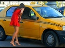 Неадекватная пьяная баба ломает такси