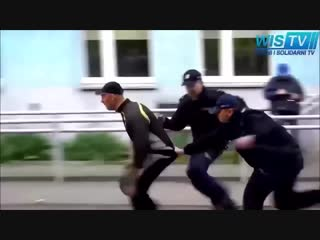 Idiot with pepper spray vs police