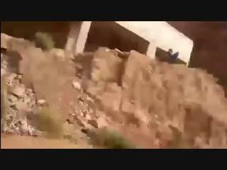 شاهد قوة السيول التي جرفت حافلة مدرسية في الأردن
