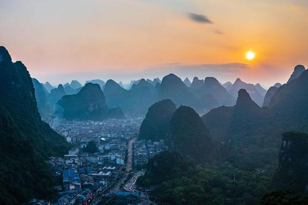 Населенный пункт в Китае на закате. Как вам такое место для жизни Фото: Anthony Wright