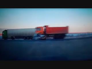 ВАЗ-2106 въехал под колеса несущегося самосвала — момент смертельного ДТП попал на видео.