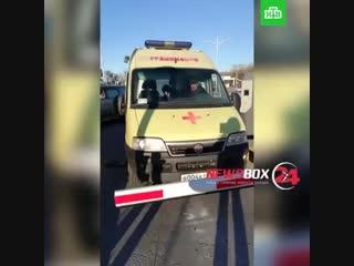 Охранник парковки ТЦ во Владивостоке заблокировал выезд скорой, приезжавшей по вызову. Он требовал с медиков деньги за стоянку м