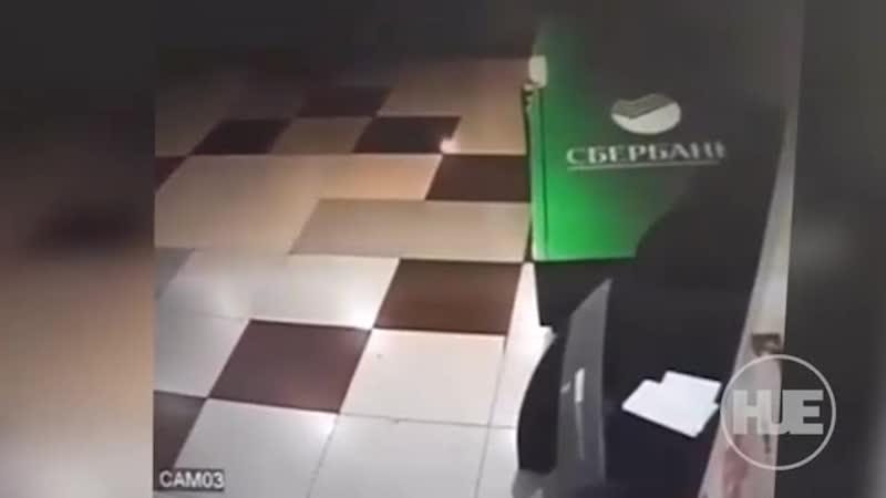 В Чечне парни вынесли терминал из отделения Сбербанка