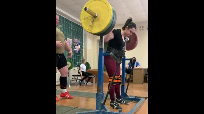 Татьяна Мазар приседает 170 кг на 3 раза