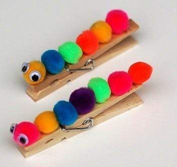 Гусеница из прищепки Обычную деревянную прищепку можно превратить с ребенком в веселую цветную гусеницу с помощью маленьких помпонов. Помпоны разных цветов приклеиваем с одной стороны прищепки