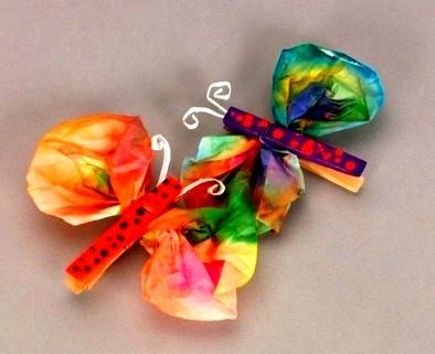 Бабочка из прищепки Бабочка сделанная из прищепки и салфетки- очень простая поделка, которую можно делать даже с малышами 1,5-2 лет.Лучше использовать бумажные платочки и прищепки из дерева.