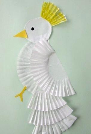 Аппликация попугай Простой способ сделать красивую аппликацию попугая с дошкольниками 5-6 лет- использовать бумажные корзиночки от печенья или пирожныхГолову попугаю делаем из ватного диска,