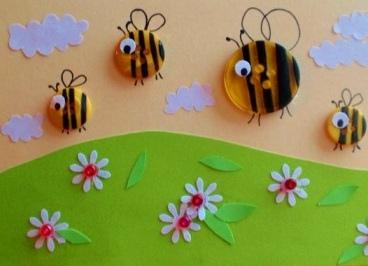 Аппликация пчелы из пуговиц Необычную аппликацию зеленого луга с пчелами можно сделать из пуговиц и бумаги с дошкольниками 5-6 лет и младшими школьниками.На бумагу основу наклеиваем широкую