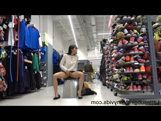 Азиатка без палева развлекается в магазине littlesubgirl get busted in sports store