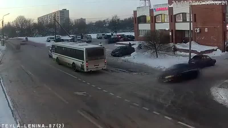 На проспекте Ленина девушка выехала на полосу встречного движения и организовала транспортный коллапс