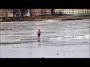Мужик плывёт на льдине по реке и веселится, ожидая спасателей