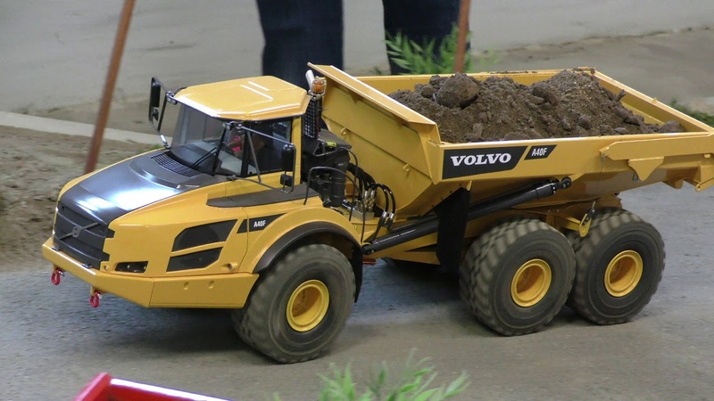 Volvo A40F dumping at the edge
