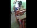 Liseliler sınıftaki kızı sikiyor