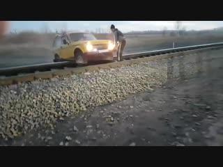Поезд сбил Ниву
