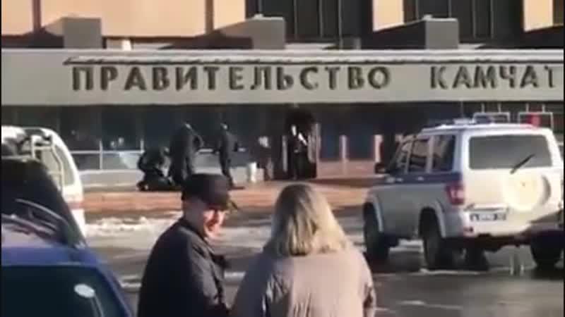 Дед с обрезом у правительства Камчатки