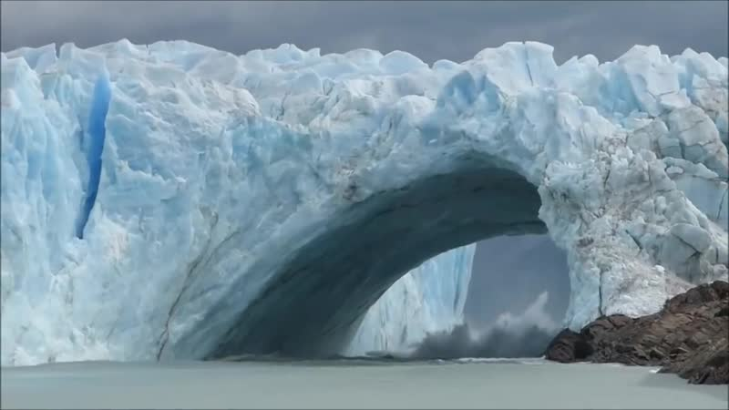 Завораживающее зрелище таяние ледника