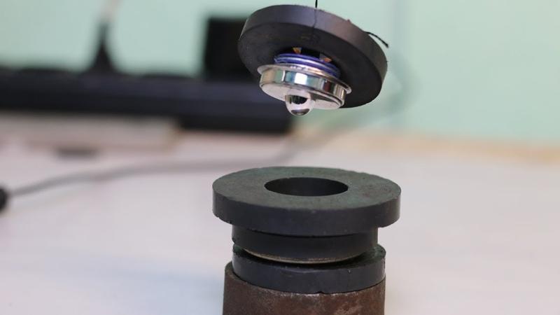 Простой вечный двигатель из двух круглых магнитов из динамиков