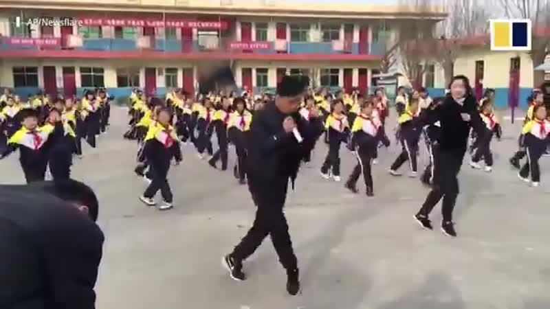 В Китайской школе детей учат шафлу в перемены