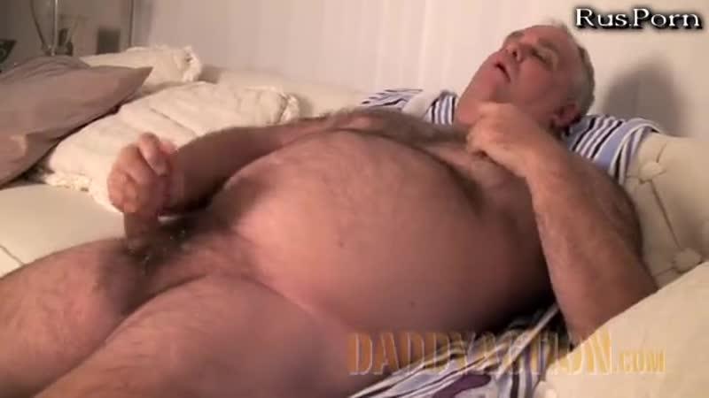 Толстый волосатый гомосек лежит на кровати и дрочит член - бесплатное супер порно на mixporn24.com.mp4