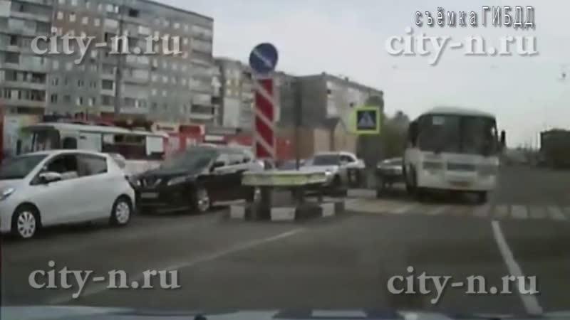 В Новокузнецке водитель маршрутки выехал на встречную полосу в лоб патрульному автомобилю ГИБДД