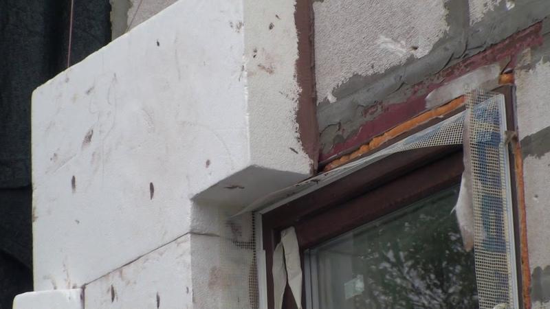 Ребята учатся утеплять фасады, приклейка пенопласта на эркер газобетонного дома
