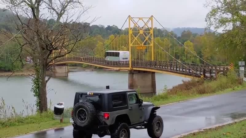 70-летний мост прогнулся под автобусом в США
