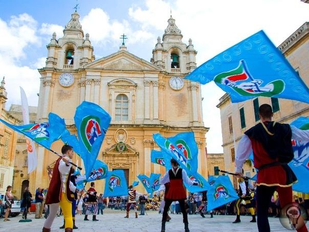 Интересные вещи, которые вы увидите в Мальте 1. Мальтийский орден Рыцари на Мальте до сих пор существуют, вот только сменили кольчуги на костюмы. Но Мальтийский орден до сих пор существует. На