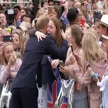 PE✪ on Instagram Принц Гарри обнял фанатку увидев ее плакат с надписью Мы здесь с 4 х утра 🙈 Кстати принц таким образом нарушил кор