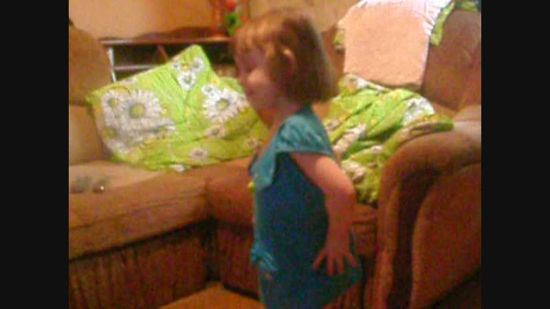 Даша маленькая танцует. а ты такая бессердечная