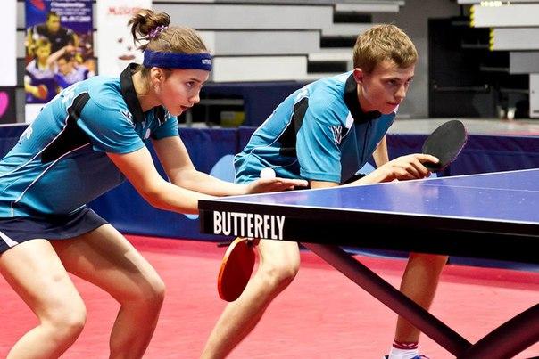 В настольном теннисе есть парные матчи.