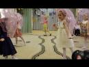 Детский танец под дождем с зонтиками