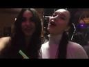 симпотичные девушки пьяные пою в кафе