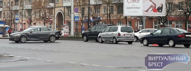 Сразу с двух ракурсов засняли на видео ДТП на бульваре - Машерова