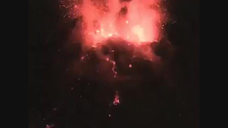 извержение вулкана на Филиппинах горах