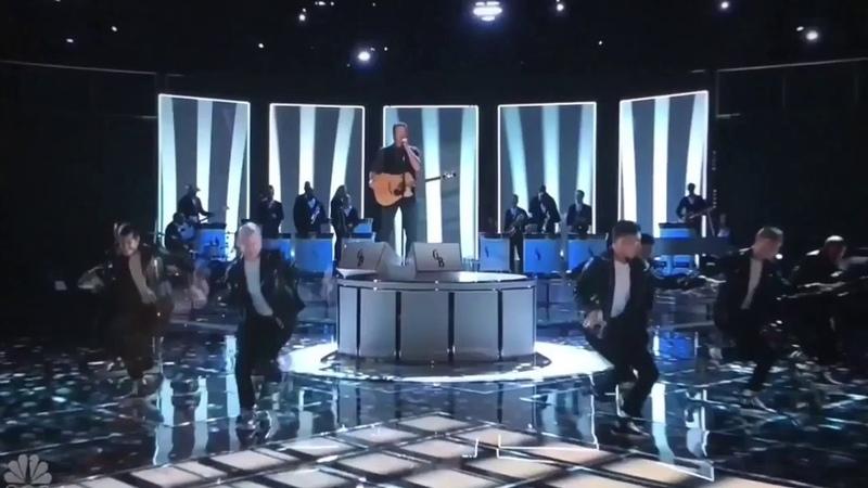 Blake Shelton Gwen Stefani You Make It Feel Like Christmas Live (The Voice)