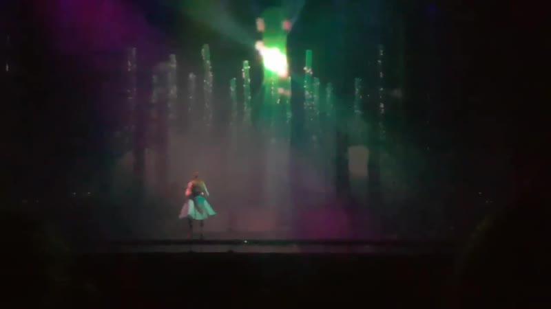 Si, su voz... completamente en vivo y en directo... y además tocando el charango serenaySarikaya AliceMuzikali