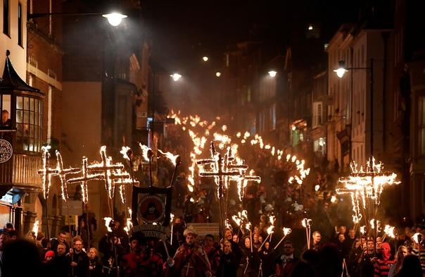 В ночь на 5 ноября в Великобритании проходит традиционное ежегодное празднование — Ночь Гая Фокса или Ночь костров. В пятую ночь после Хэллоуина отмечается провал Порохового заговора, когда
