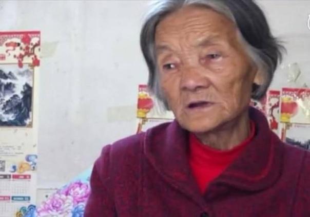 Житель Китая, впавший в кому после автомобильной аварии, очнулся через 12 лет. И первое, что он увидел — слезы, текущие по лицу 75-летней матери, которая все эти годы днем и ночью была у его