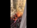 Hier kann man sich auch selbst ein Bild davon machen - Video von der Demo - Beginn der Prügelei der Demonstranten gegen die Poli