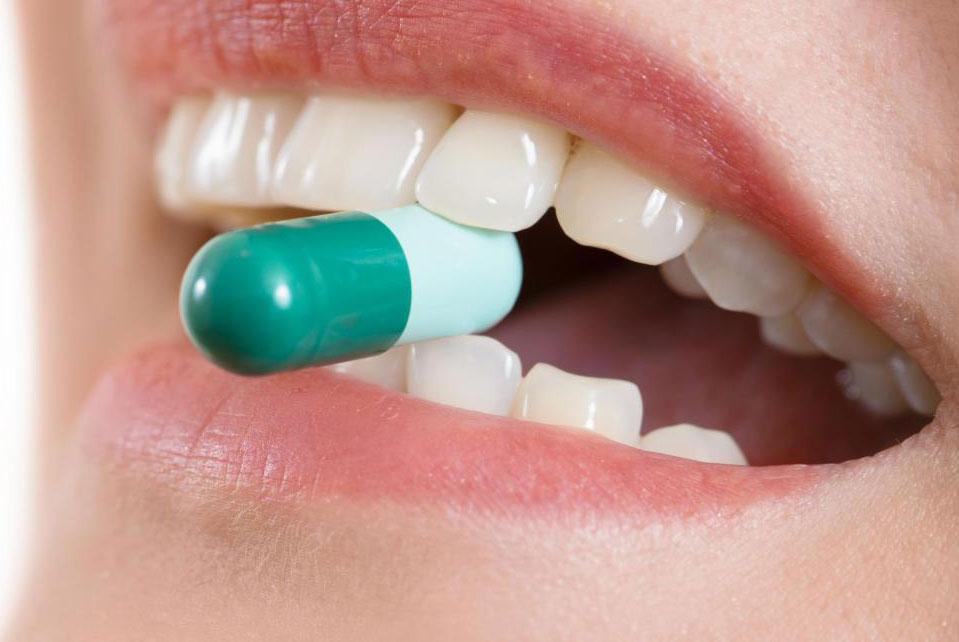 Антибиотики могут быть предписаны, чтобы предотвратить инфекцию после устной процедуры внедрения