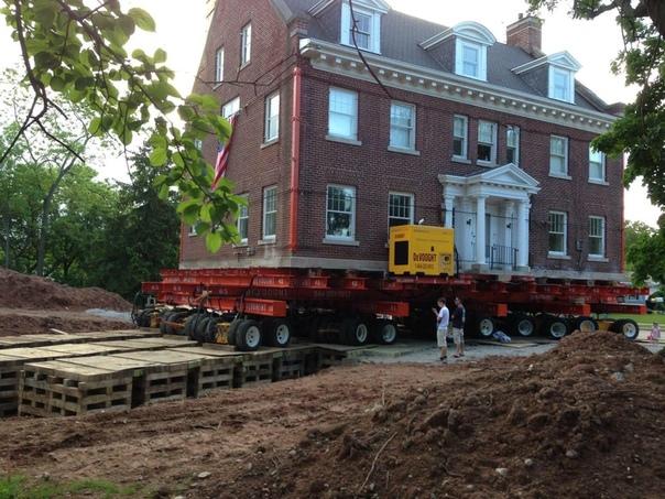 Ничего особенного, просто дом переезжает на новое место. Фото: JM-Rie