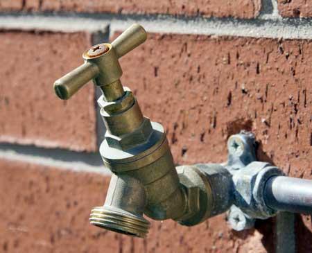 Наружные водяные патрубки обычно имеют клапаны с ручным приводом.