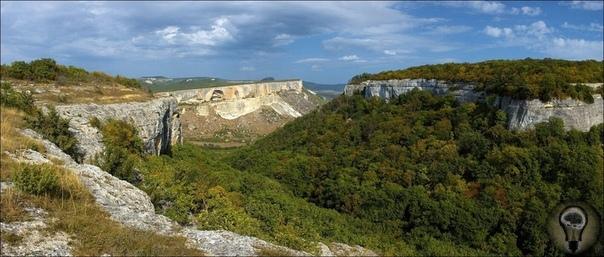 Алимова балка. Крым Находится ущелье Алимова балка на Крымском полуострове в Бахчисарайском районе, рядом с пещерным городом Качи-Кальон. Это очень красивое ущелье считается наиболее загадочным