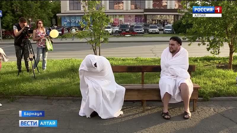 Актёры театра драмы на улице показывали отрывки из спектаклей